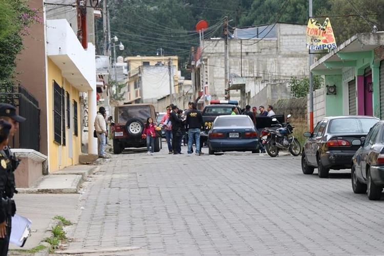 Investigadores del MP recolectaron evidencias en la 6a calle de la avenida EL Cenizal, zona 4 de Xela. En el lugar también se encontraba el vehículo en el que impactaron los disparos de arma de fuego. (Foto Prensa Libre: María José Longo)