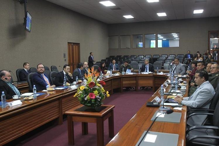 Los integrantes del Tren de Desarrollo discuten durante la reunión del viernes en el Ministerio de la Defensa. (Foto Prensa Libre: Esbin García)