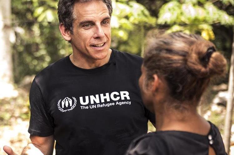 Ben Stiller talks to Maria (nombre ficticio para proteger su identidad), 55, quien huyó de El Salvador debido a la violencia y las pandillas. (Foto Prensa Libre: UNHCR/Michael Muller).