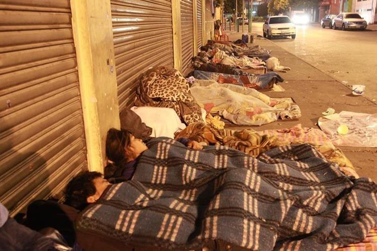 Reunidos en grupo, indigentes se preparan para dormir en la zona 4. (Foto Prensa Libre: Estuardo Paredes)