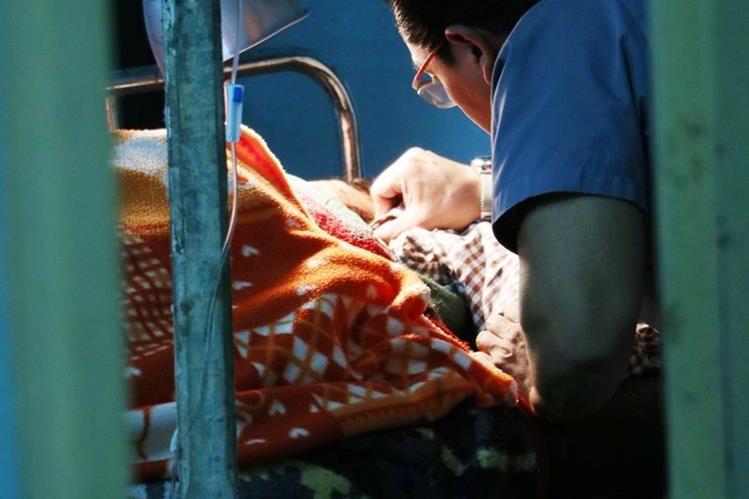 Silvestra Marroquín es atendida por un médico en el HRO. (Foto Prensa Libre: Carlos Ventura)
