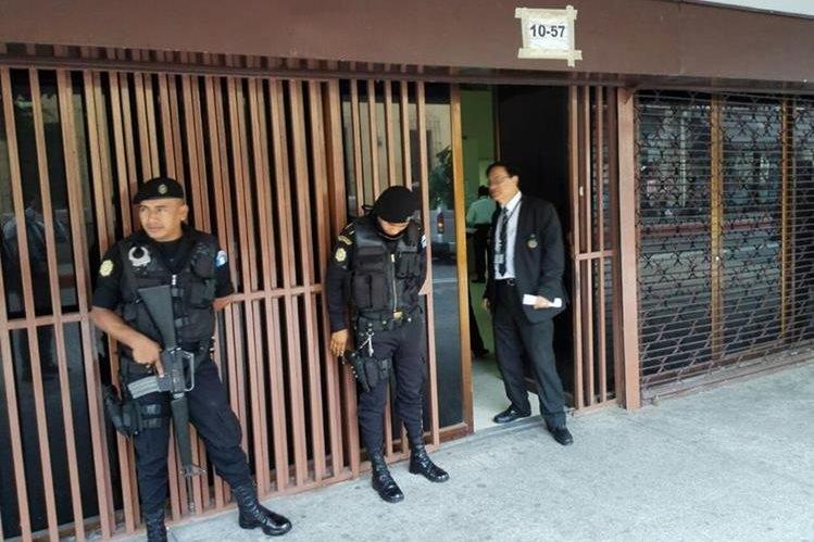 Las oficinas allanadas del Congreso se ubican en la 8 avenida y 12 calle de la zona 1 de la capital. (Foto Prensa Libre: E. Bercian)