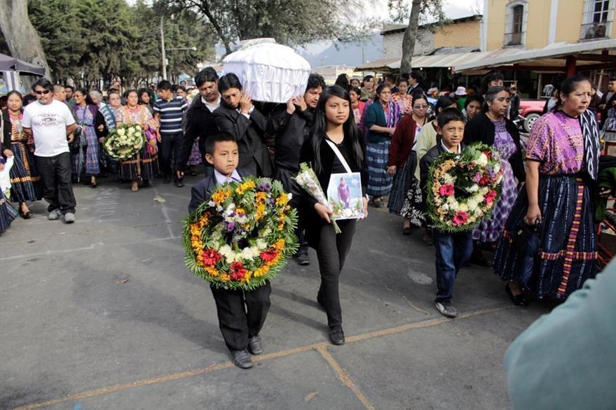 Familiares de Jaqueline Paola Catinac portan su fotografía durante el sepelio, en las Ciudad de Quetzaltenango. (Foto Prensa Libre: María José Longo)