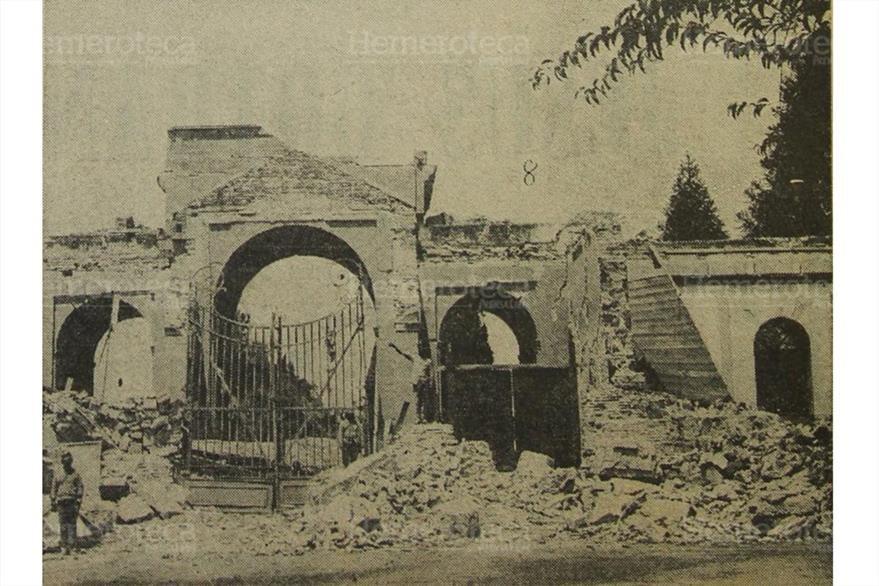 Entrada principal del Cementerio General zona 3 destruido por el  terremoto de 1917. Foto publicada el 27/12/1972. (Foto: Hemeroteca PL)