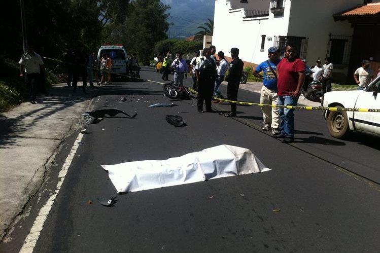 Socorristas resguardan cadáver de hombre que murió en accidente de tránsito, en San Miguel Dueñas, Sacatepéquez. (Foto Prensa Libre: Miguel López)