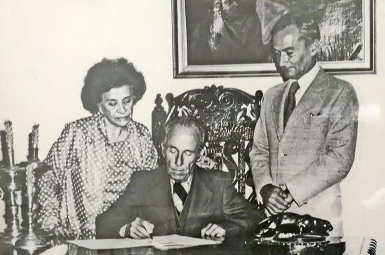 Jorge y Ella Castillo firmando el acuerdo donde ceden su acervo a la Universidad Francisco Marroquín. De pie, Manuel F. Ayau. (Foto: cortesía del Museo Popol Vuh).
