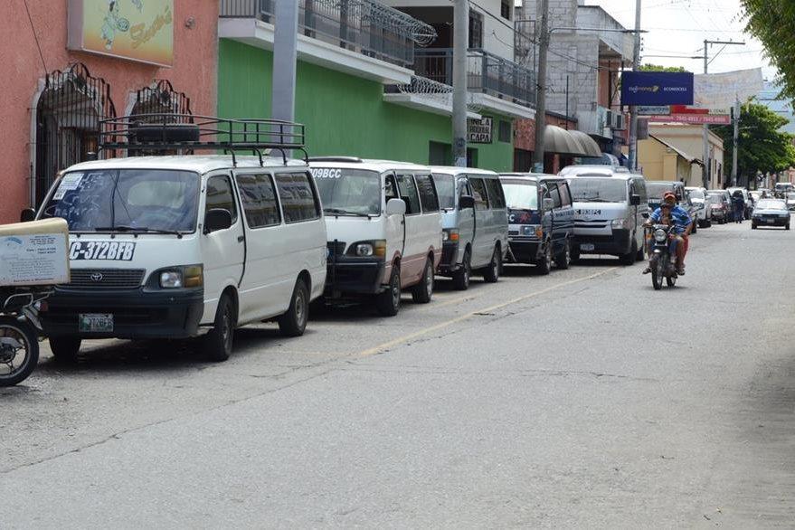 Microbuses permanecían parqueados en la cabecera de Zacapa el lunes último, cuando empezó el paro de transportistas. (Foto Prensa Libre: Víctor Gómez)