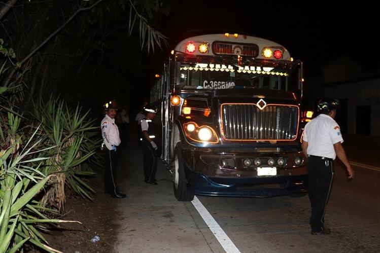 Un total de siete personas con crisis nerviosa, una herida de bala y un muerto, fue el resultado del asalto al bus. (Foto Prensa Libre: Renato Melgar)