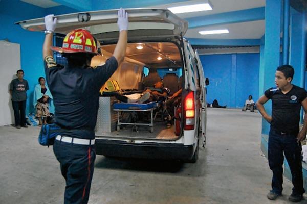 Los heridos  fueron trasladados a la emergencia del Hospital Regional de Coatepeque. (Foto Prensa Libre: Aléxander Coyoy)