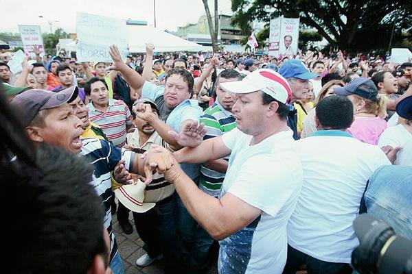 Durante un mitín de Líder en Villa Nueva, hubo un enfrentamiento entre simpatizantes y opositores de dicha agrupación política. (Foto Prensa Libre: Álvaro Interiano).