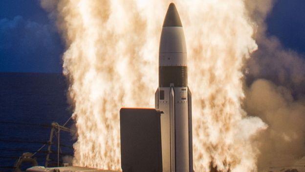 Raytheon vende tecnología para aplicaciones militares aeronáuticas, navales y de tierra. RAYTHEON