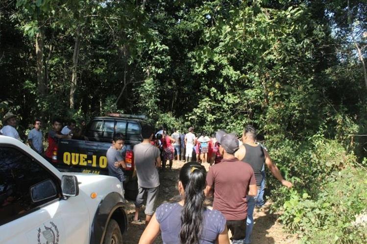 Curiosos permanecen en el lugar donde fue encontrado el cadáver. (Foto Prensa Libre: Rolando Miranda).