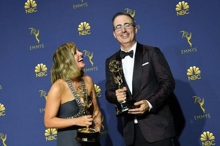 Liz Stanton y John Oliver (Foto Prensa Libre: AFP).