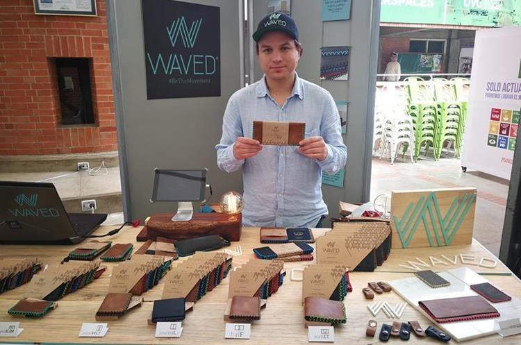 Juan José Flores Calderón, emprendedor, muestra uno de los diseños que ponen en práctica en artículos de cuero. (Foto Prensa Libre: Oscar Fernando García).