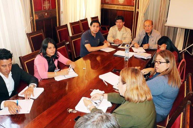 Reunión de organizaciones sociales que piden una mayor asignación presupuestaria para los niños, niñas y adolescentes. (Foto Prensa Libre: Carlos Ventura)