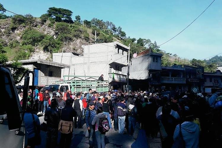Bloqueo en el km 290 de la ruta Interamericana, en Colotenango, Huehuetenango.  (Foto Prensa Libre: Mike Castillo)