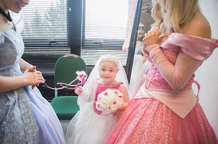 Las princesas ayudaron a Eileidhs a arreglarse. (Foto Prensa Libre: Eileidhs Journey)
