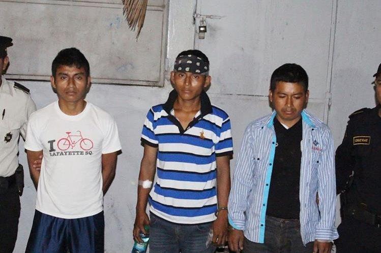Los tres capturados sindicados de haber dado muerte a un hombre. (Foto Prensa Libre: Dony Stewart).