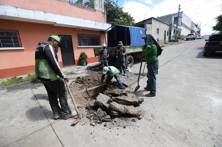 Vecinos de la 29 calle A y 29 calle B y 12 calle de la colonia Santa Fe, zona 13, esperan que la Conred aclare sus dudas sobre los retumbos. (Foto Prensa Libre: Érick Ávila)