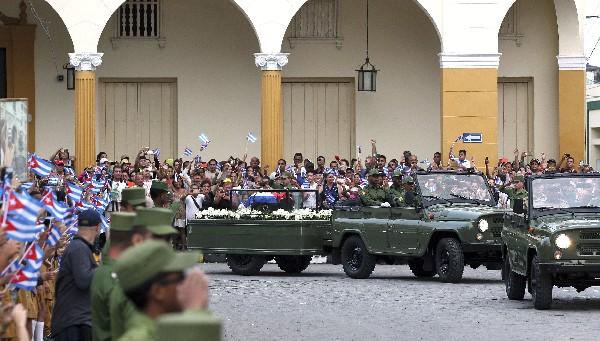 Féretro con cenizas deFidel Castro, al paso de la caravana en Santa Clara,Cuba (EFE).