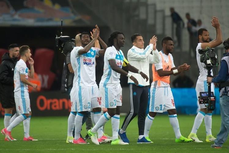 Bafetimbi Gomis junto a sus compañeros agradecen al público por su apoyo. (Foto Prensa Libre: AFP)