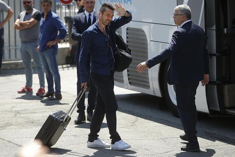 Gianluigi Buffon saluda a sus seguidores durante su llegada a Turín, Italia. (Foto Prensa Libre: AFP)