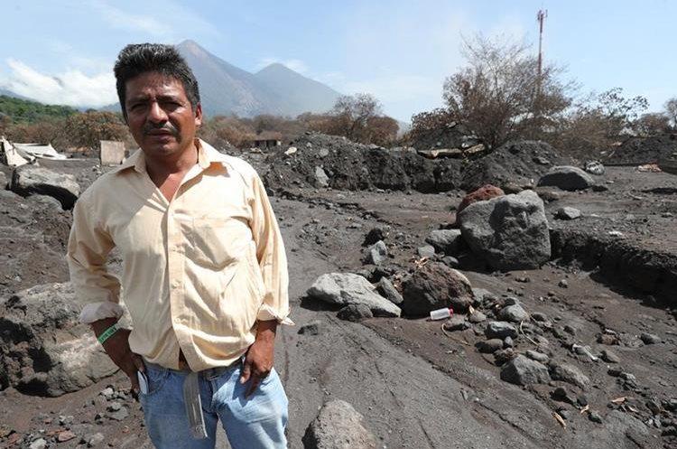 Elmer Vásquez espera encontrar a su esposa y a sus hijos que murieron en la tragedia. (Foto Prensa Libre: Estuardo Paredes)