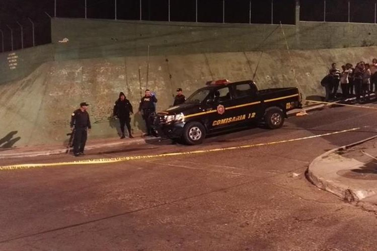 En la colonia Paraíso 2, zona 18, emboscaron una autopatrulla y muere a balazos un PNC, su compañero sobrevivió con lesiones de bala. (Foto Prensa Libre: Hemeroteca PL)