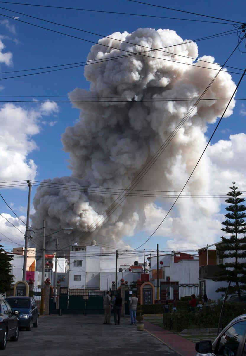 Una enorme columna de humo se observa en el mercado San Pablito debido a la explosión que dejó una treintena de muertos. (Foto Prensa Libre: AFP).