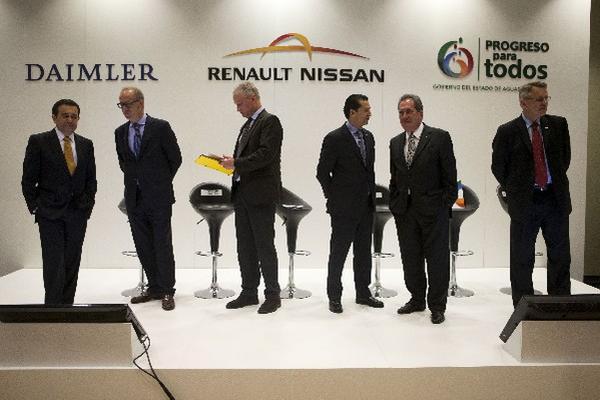 <p>Representes de Daimler, Renault-Nissan y el gobierno mexicano durante el anuncio de apertura. (Foto Prensa Libre: AP).<br></p>