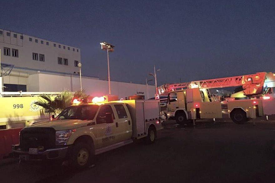 Socorristas rescatan a personas en hospital de Arabia Saudí, por incendio. (EFe)
