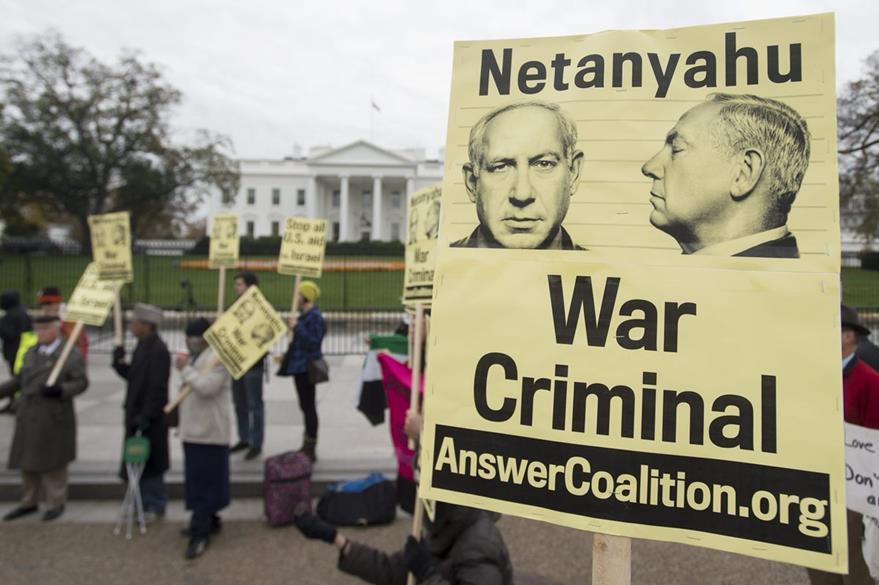 Personas protestan contra la visita del primer ministro israelí, Benjamin Netanyahu, frente a la Casa Blanca, en Washington. (Foto Prensa Libre: EFE).