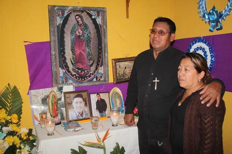 Tomás Mateo Antonio y su esposa Gladys Recinos, padres de Léster Bertoni Mateo Recinos.(Prensa Libre: Mike Castillo)