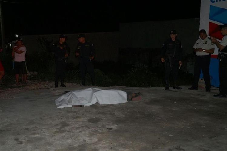 El cuerpo del supuesto asaltante quedó sobre la calle principal de San Benito. (Foto Prensa Libre: Rigoberto Escobar).