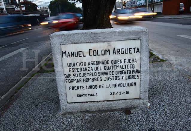 Placa conmemorativa en el sitio donde fue abatido Manuel Colom Argueta. (Foto: Hemeroteca PL)
