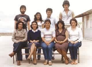 Maestros de la escuela oficial urbana mixta No. 454, foto en la que aparece Ricardo Arjona, atrás, al extremo derecho.  (Foto Prensa Libre, cortesía de Laura Ávila y Ana Sylvia González)