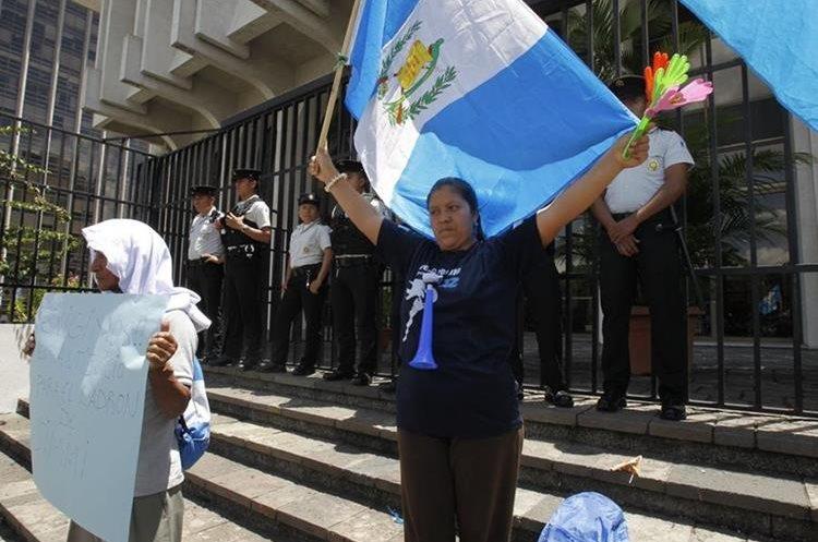 La decisión del presidente Morales ha dividido a grupos en favor y en contra de su posición.