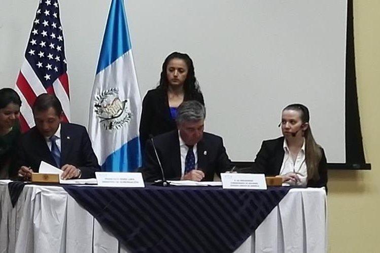 Firma de convenio de seguridad aduanera entre Gobernación y el Comisionado del Servicio de Aduanas de EE.UU. (Foto Prensa Libre: Cortesía)