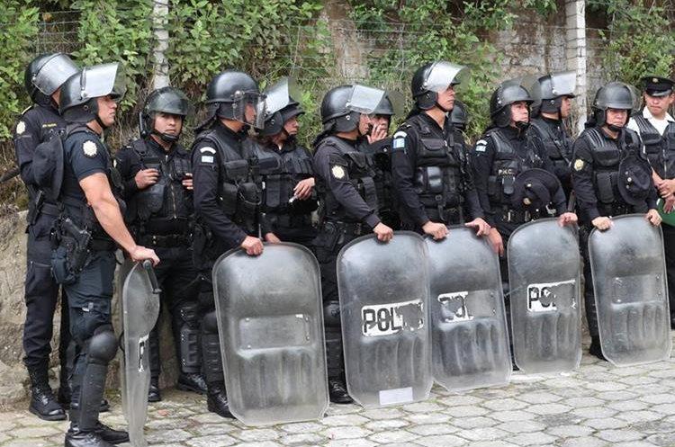 Fuerzas Especiales de la Policía Nacional Civil acudieron para evitar mayores daños. (Foto Prensa Libre: Fred Rivera)