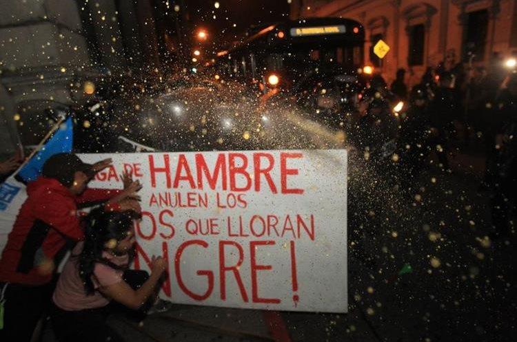 El gas pimienta fue utilizado para dispersar a las personas frente al ingreso del Congreso por la novena avenida.