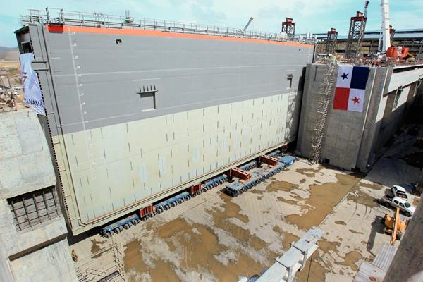Vista de una de las ocho nuevas compuertas del Canal de Panamá, (Hemeroteca PL)