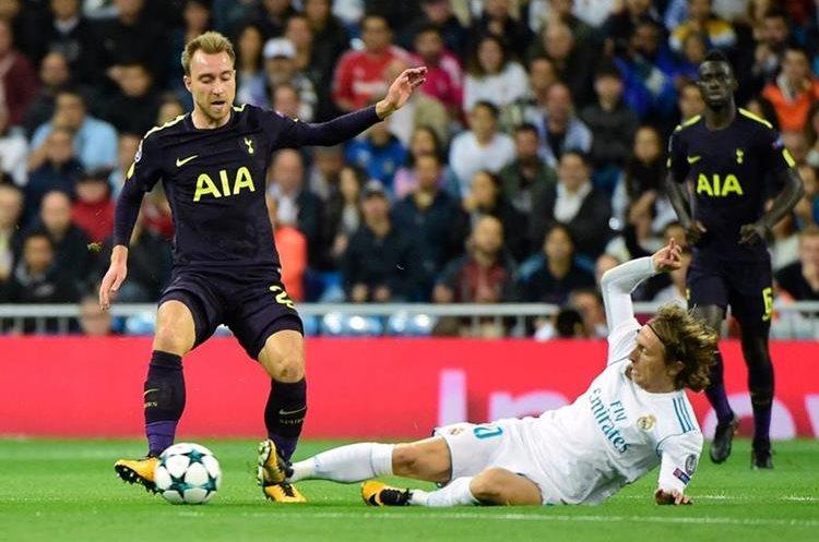 Christian Erikse aguanta la barrida de Luka Modric.