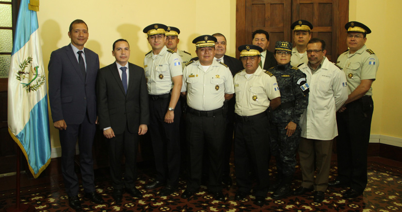 El ministro de Gobernación, Francisco Rivas, juramentó a dos subdirectores de la PNC. (Foto Prensa Libre: Mingob)
