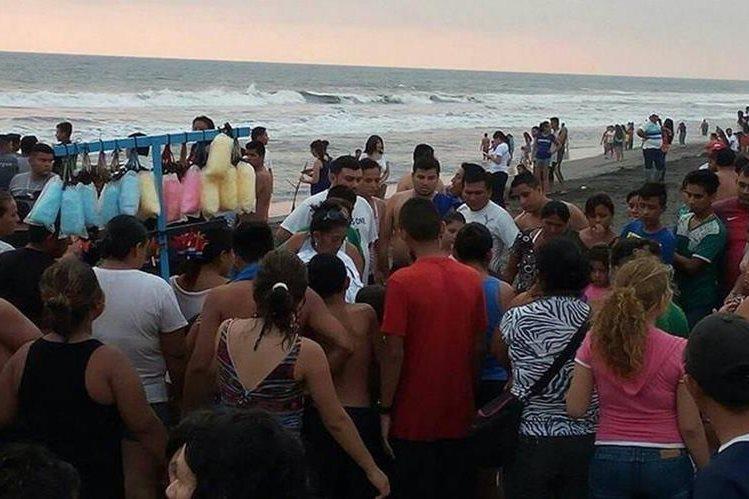 Vecinos y vendedores participaron en las labores de búsqueda. (Foto Prensa Libre: Whitmer Barrera)