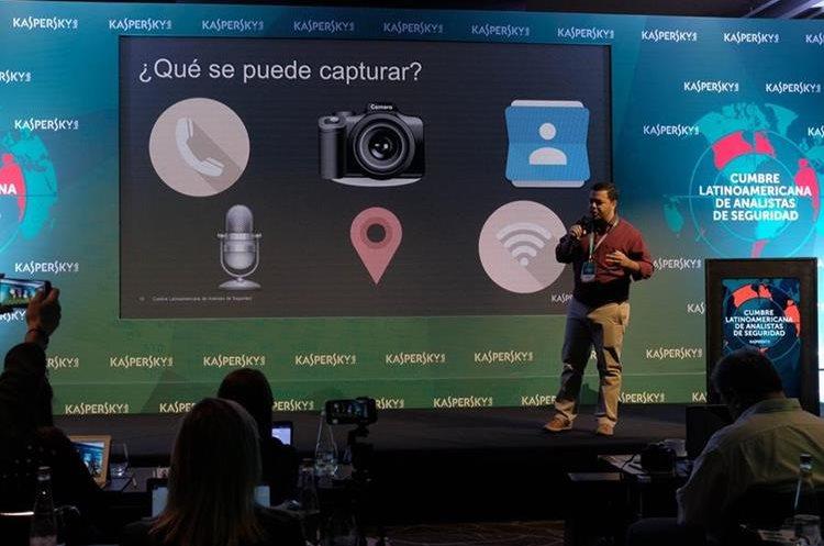El analista Thiago Marques menciona los contenidos que pueden estar en riesgo en un teléfono celular, como los contactos de teléfono y fotografías (Foto Prensa Libre: J. Ochoa).