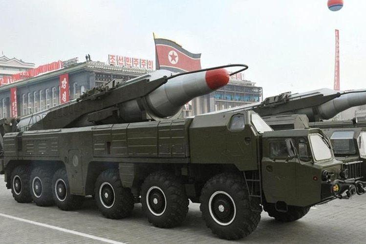 """Un misil """"Musudan"""", exhibido durante un desfile militar en el 65 aniversario de la fundación del Partido de los Trabajadores de Corea del Norte. (Foto Prensa Libre: EFE)."""