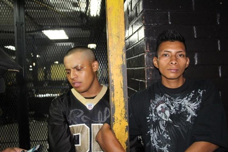 Guillermo Pérez y Roberto Cipriano, los dos adultos detenidos junto al menor por el ataque en la zona 18. (Foto Prensa Libre: PNC)