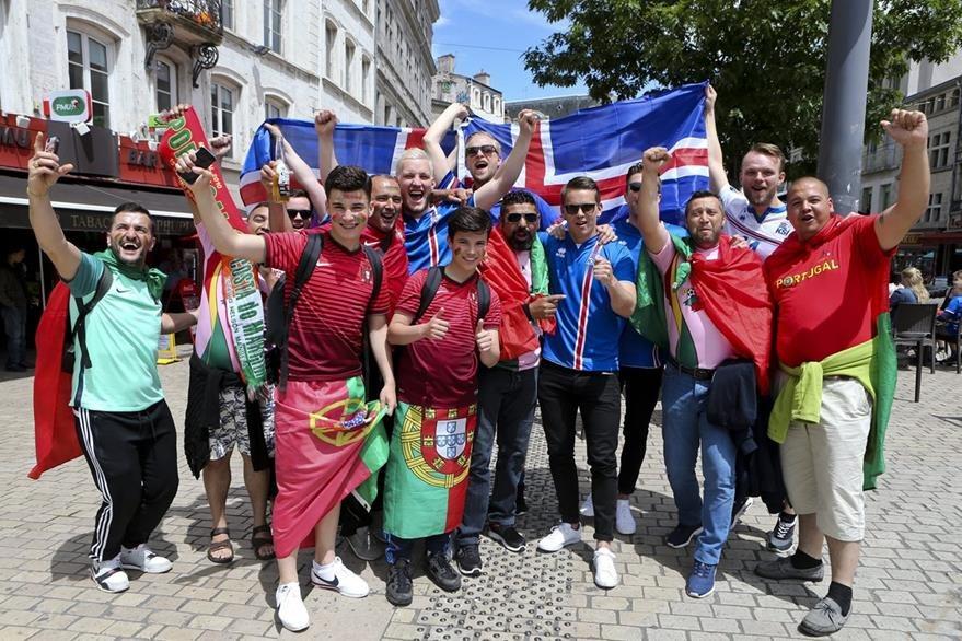Aficionados de Portugal e Islandia esperan el partido de manera pasiva. (Foto Prensa Libre: EFE)