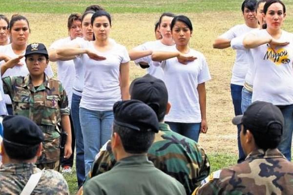 Un grupo de jóvenes en el programa de Servicio Cívico durante su juramentación en el Mindef. (Foto Prensa Libre: Hemeroteca PL)