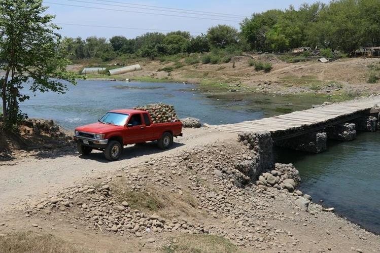 Un picop atraviesa el puente sobre el río Paz que en verano se puede transitar por el bajo nivel del afluente. (Foto Prensa Libre: Enrique Paredes)